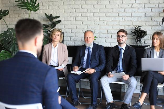 Собеседование с работодателем, бизнес-команда выслушивает ответы кандидата.