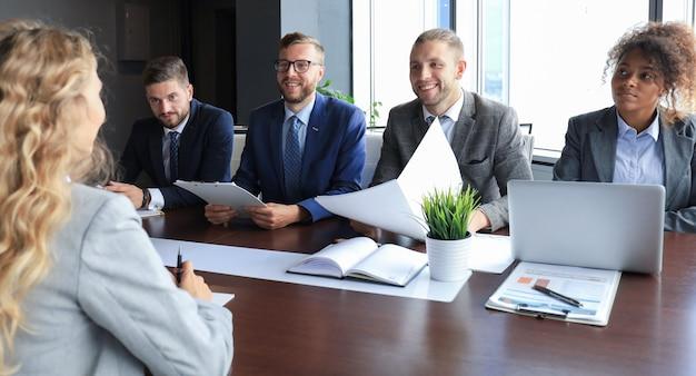 고용주와의 면접, 사업가는 후보자 답변을 듣습니다.