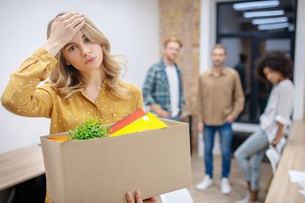 Потеря работы. блондинка выглядит несчастной после потери работы