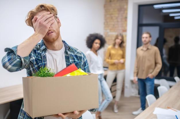Потеря работы. рыжий парень выглядит разочарованным после потери работы