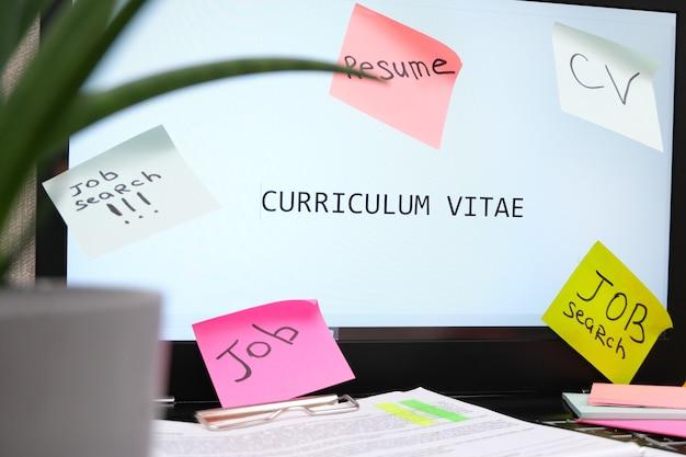 Концепция поиска работы. надпись поиска работы на столе, много листов надписи