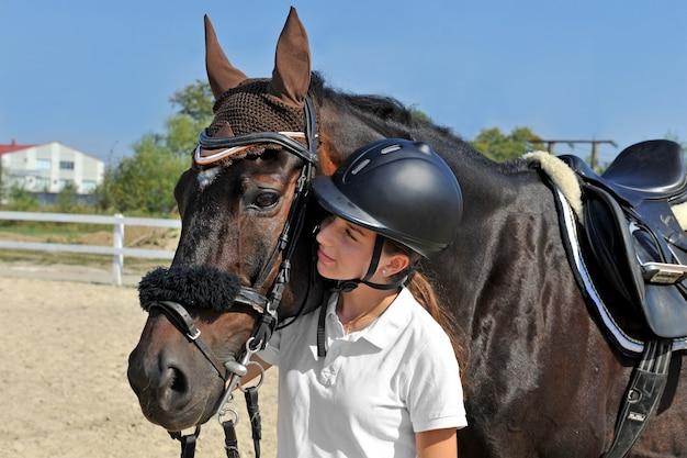 彼女の馬と農場で騎手の女の子