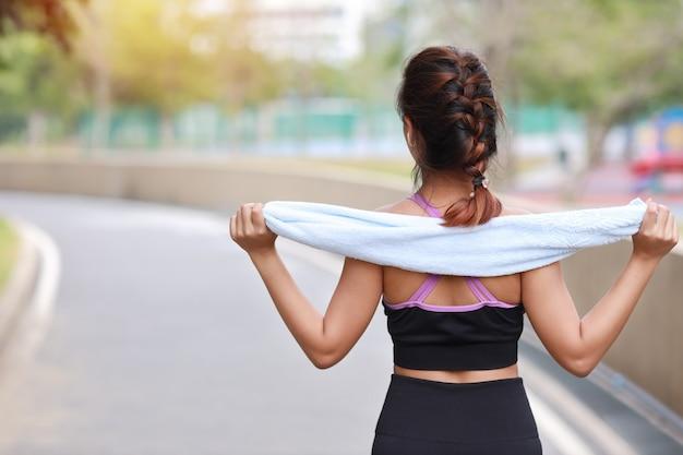 Бегун девушка упражнения по бетонной дорожке на открытом воздухе