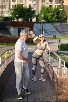 Бег трусцой. мужчина и женщина останавливаются во время утренней пробежки