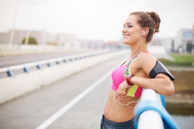 ジョギングは私にとって純粋な喜びです。外で運動する若い女性。