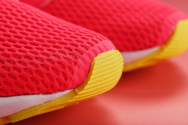 여유 공간이있는 분홍색 배경에 분홍색 운동화 조깅. 평면도, 최소한의 개념