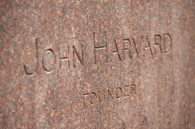 Мемориал джона гарварда в гарвардском университете в бостоне, штат массачусетс, сша