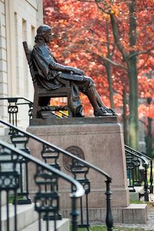 Статуя джона гарварда в гарвардском университете в бостоне, массачусетс, сша