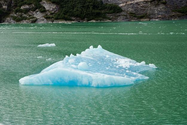 アラスカ南東部のグレイシャーベイにある青い氷のジョンズホプキンス氷河