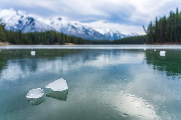 존슨 호수 겨울 밴프 국립 공원 캐나다 로키 앨버타 캐나다에서 얼어 붙은 수면