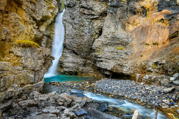 Водопады каньона джонстон в национальном парке банф канадские скалистые горы, альберта, канада