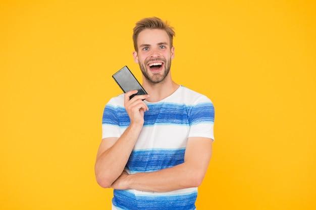Присоединяйтесь к цифровому миру. скачать приложение. парень держите смартфон. парень счастливое улыбающееся лицо показывает экран смартфона. человек попробовать приложение для смартфона. мобильная связь. тариф мобильного оператора.