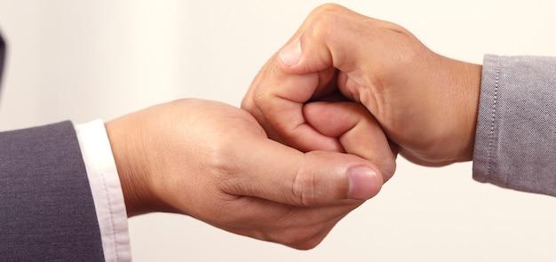 平等のために手を組む団結のための協力の概念