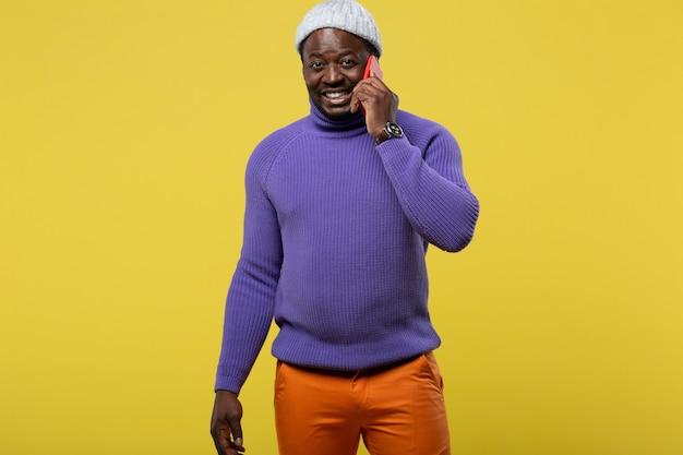 Присоединяйся ко мне. довольный мужчина держит улыбку на лице во время разговора по телефону