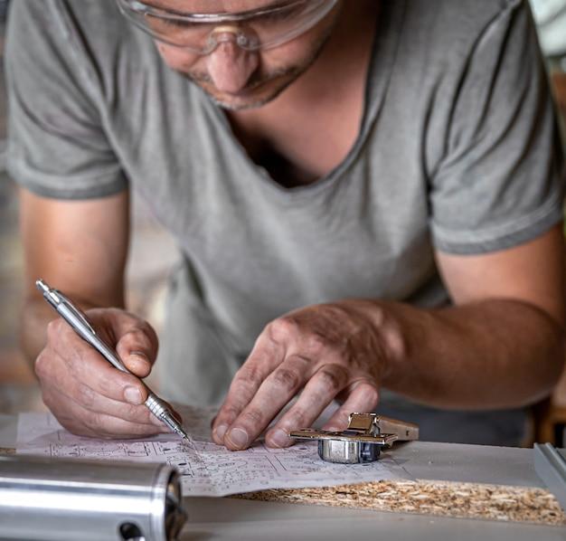作業、測定、穴あけ精度のプロセスにおけるジョイナー。
