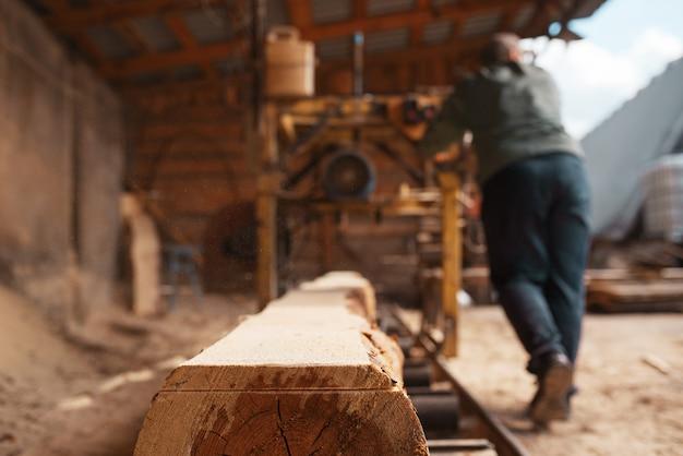 Столярные работы на деревообрабатывающих станках, деревообрабатывающей промышленности, столярные изделия. обработка древесины на заводе, распиловка леса на складе, лесозаготовка