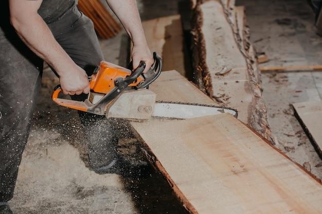 建具と木工のコンセプトプロの指物師大工製鋸家具手工芸品製造作業