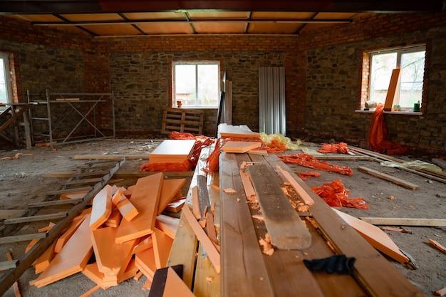 미완성된 건물의 방에 있는 가구 통나무