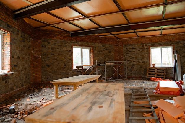미완성된 건물의 방에 있는 가구 통나무 프리미엄 사진