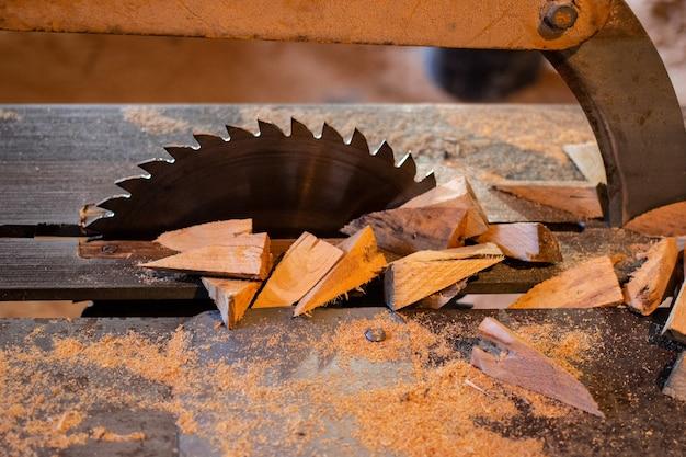 가구 만드는 기계 원형 톱 클로즈업