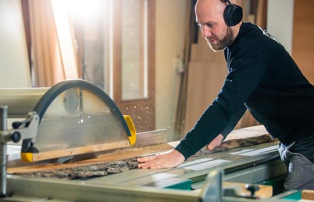 Столярные, деревообрабатывающие и мебельные производства, профессиональная резка дерева в столярной мастерской, промышленная концепция