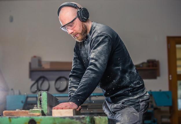 建具、木工、家具製作、大工仕事場で木を切るプロの大工、産業コンセプト