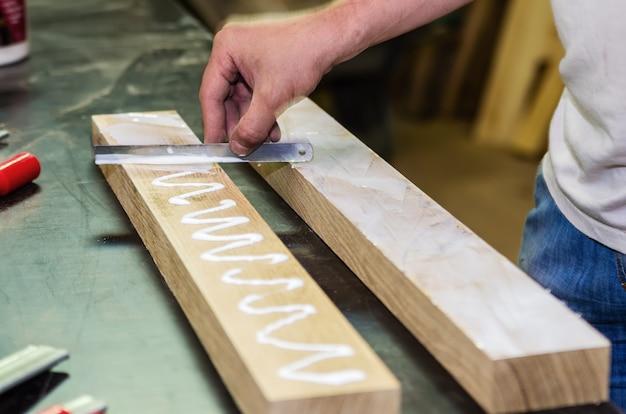 建具工事。接着のための木製の表面の準備