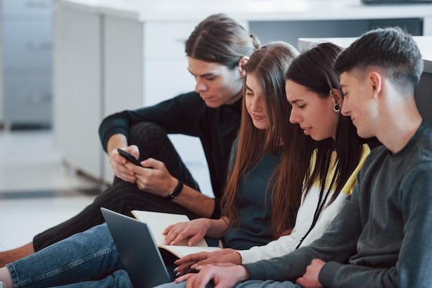 하나의 프로젝트를위한 공동 노력. 현대 사무실에서 근무하는 캐주얼 옷에 젊은 사람들의 그룹입니다.