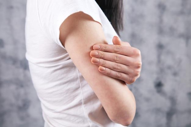 관절 부상. 소녀의 팔에 경련.
