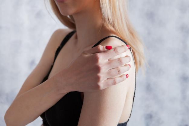 関節の怪我。少女の肩のけいれん。