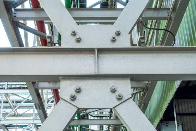 Соединение стальной конструкции с болтом и гайкой на строительной площадке