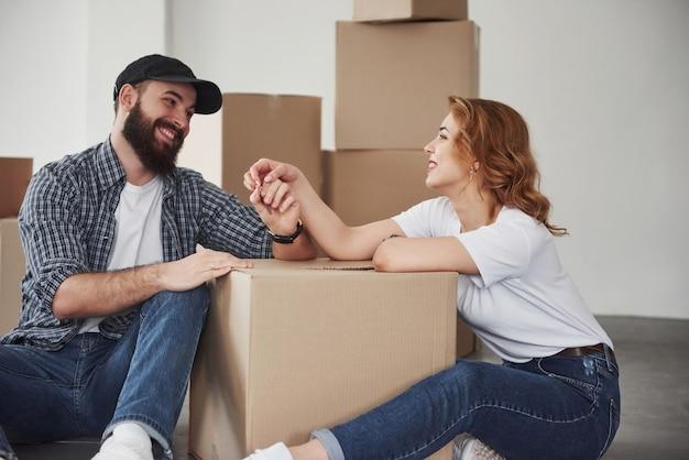 Шутят. счастливая пара вместе в своем новом доме. концепция переезда