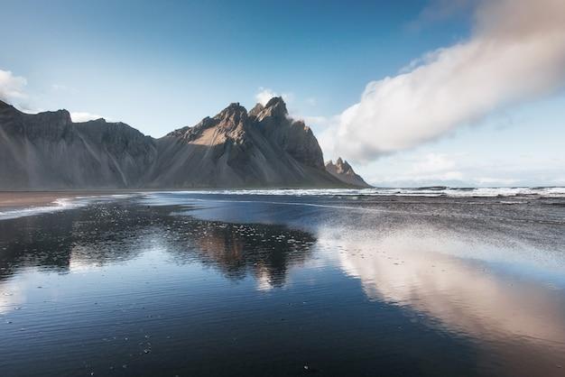 山と青空の背景、アイスランドシーズン風景の背景を持つ美しいjokularlon ake