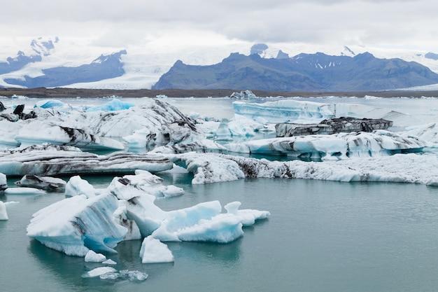 Ледниковое озеро йокулсарлон, исландия. айсберги, плавающие на воде. исландский пейзаж