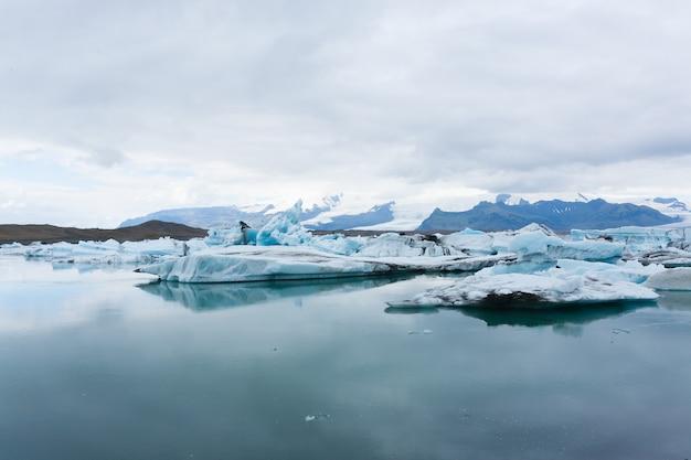 Ледниковое озеро йокульсарлон, исландия. айсберги, плавающие на воде. исландский пейзаж