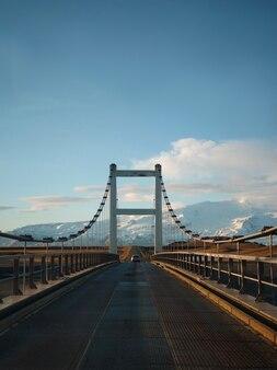ゴールデンアワーにアイスランドのヨークルスアゥルロゥン氷河ラグーン橋。