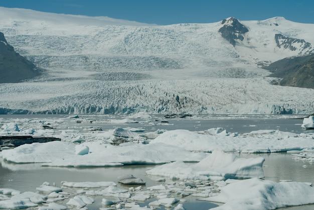 Ледниковая лагуна йокулсарлон, национальный парк ватнайокудль, исландия. фото высокого качества