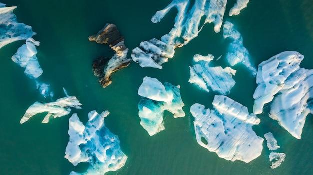 アイスランド南岸のjokulsarlon lagoonに浮かぶ氷山の航空写真