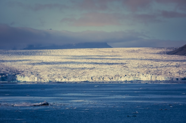 Jökulsárlón - это большое ледниковое озеро на юго-востоке исландии, на краю национального парка vatnajökull. расположенный во главе ледника breiðamerkurjökull.