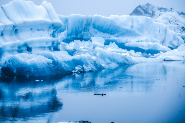 Айсберги в ледяной лагуне jokulsarlon в исландии.