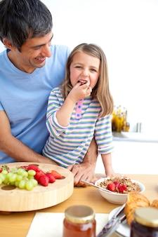 유쾌한 아버지와 그의 딸 아침 식사