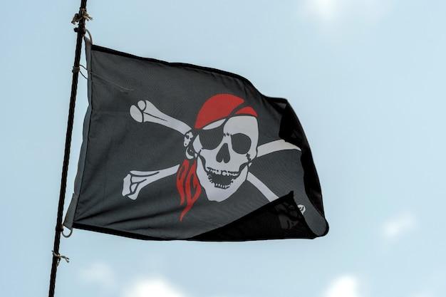 ジョリーロジャーの髑髏と骨の黒い海賊旗