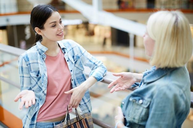 쇼핑몰에서 패션 트렌드를 논의하는 유쾌한 여성