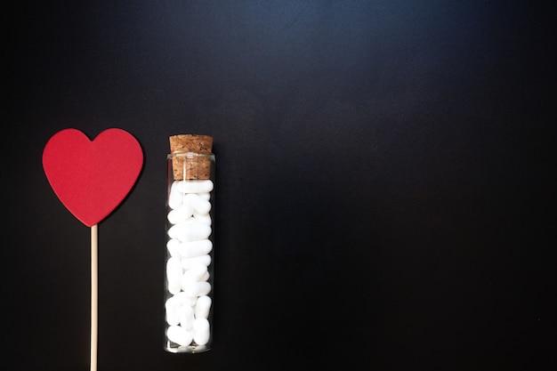 Иорданский миндаль и форма сердца. свадебные украшения на черном