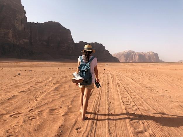 ヨルダン。赤い砂漠のワディラム。砂の風景、素晴らしい旅行先