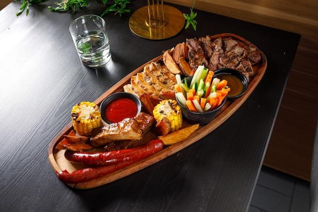 Хоспер-набор из свиных ребрышек, куриного филе, стейка рибай, охотничьих колбас, кукурузы, картофеля и свежих овощей