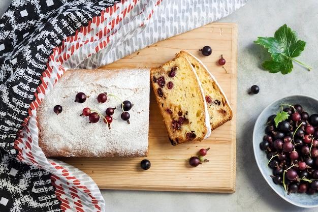 나무 커팅 보드에 조스타베리 스폰지 케이크입니다. 평평한 평지, 평면도