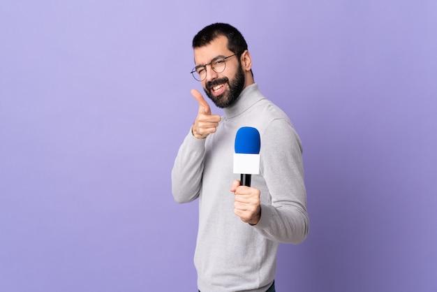 Журналист на изолированном фиолетовом фоне