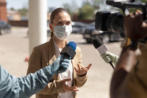 屋外ニュースのジャーナリズムインタビュー