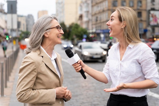 Журналистское интервью для новостей на открытом воздухе